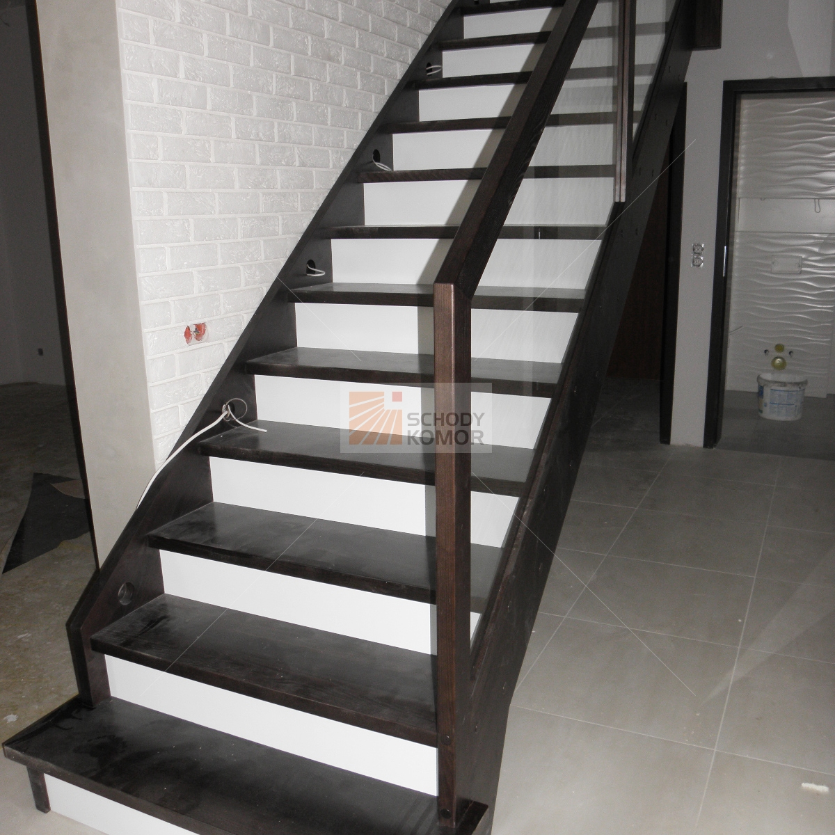 Chłodny nowoczesne schody biało-czarne z balustradą ze szkła - Nowoczesne YQ58