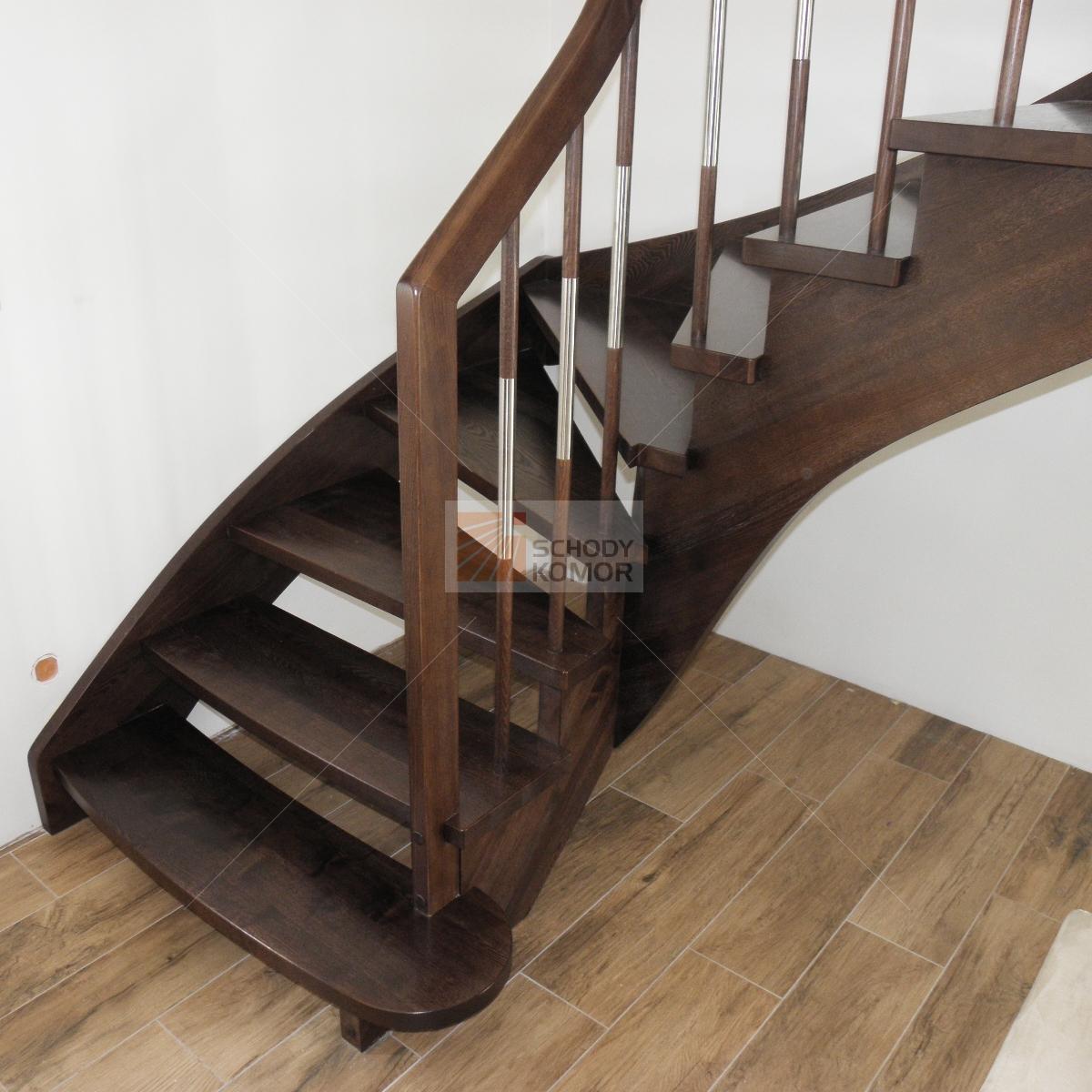 schody bejcowane na brąz policzkowo-osiodłane z prostokątnym słupem