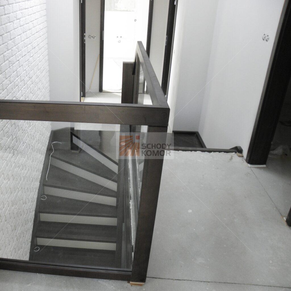 schody drewniane z wyjściem na półpiętro 2