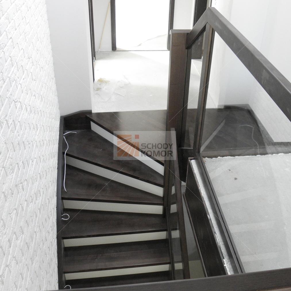schody drewniane z wyjściem na półpiętro